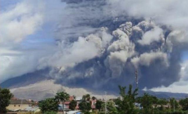 Gunung Sinabung Erupsi, Semburkan Abu 500 Meter, Ini Imbauan BPBD...