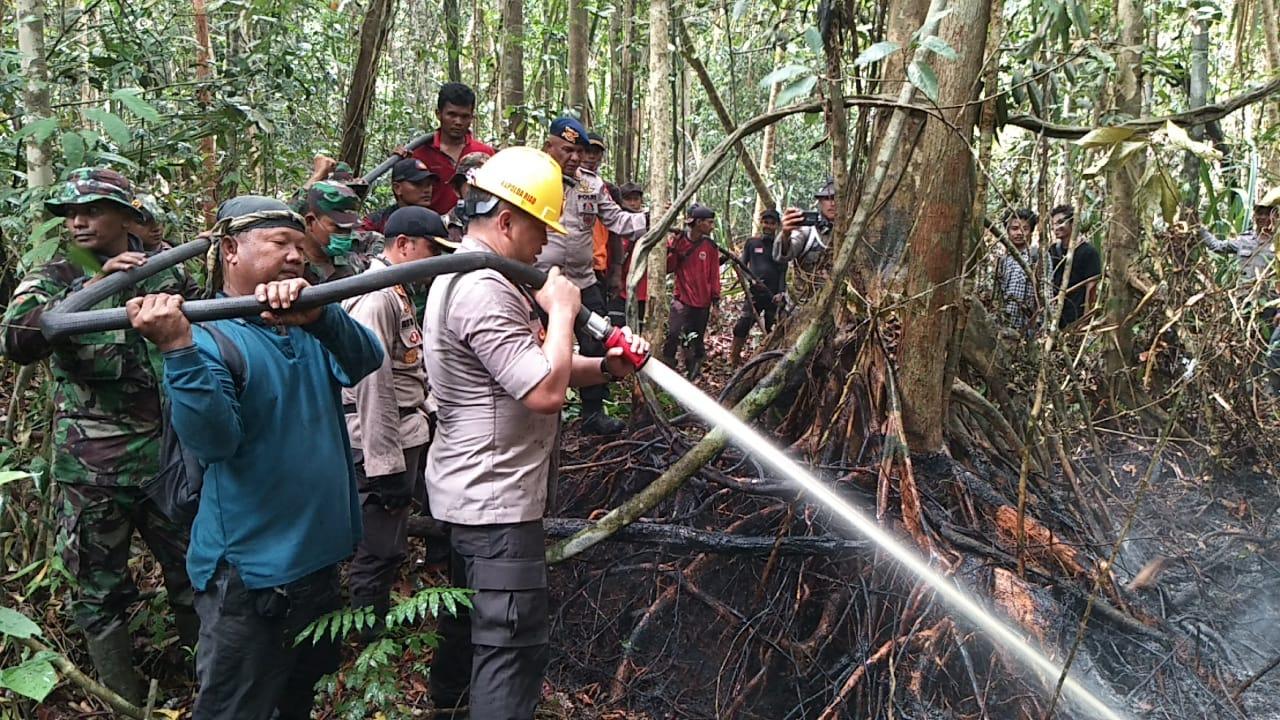 Kapolda Riau Ikut Padamkan Api dan Beri Spirit kepada Tim Pemadam Lahan di Bengkalis