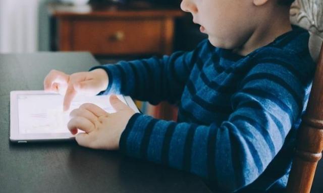 Sinar Biru Ponsel Picu Kerusakan Mata Hingga Kebutaan, Benarkah? Ini Kata Peneliti