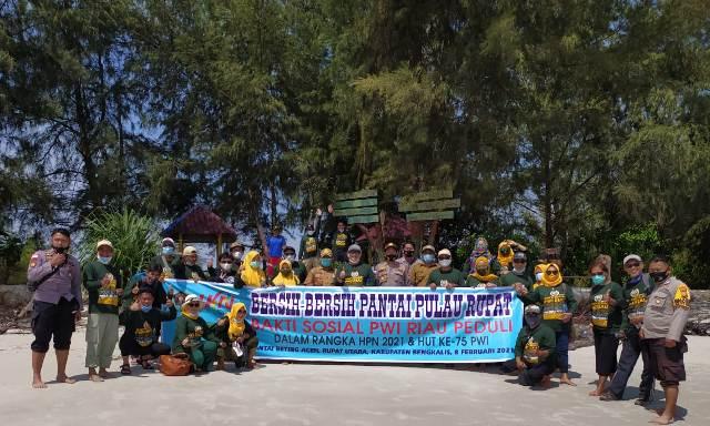 PWI Riau Gelar Aksi Bersih-Bersih Pantai Beting Aceh di Rupat Utara