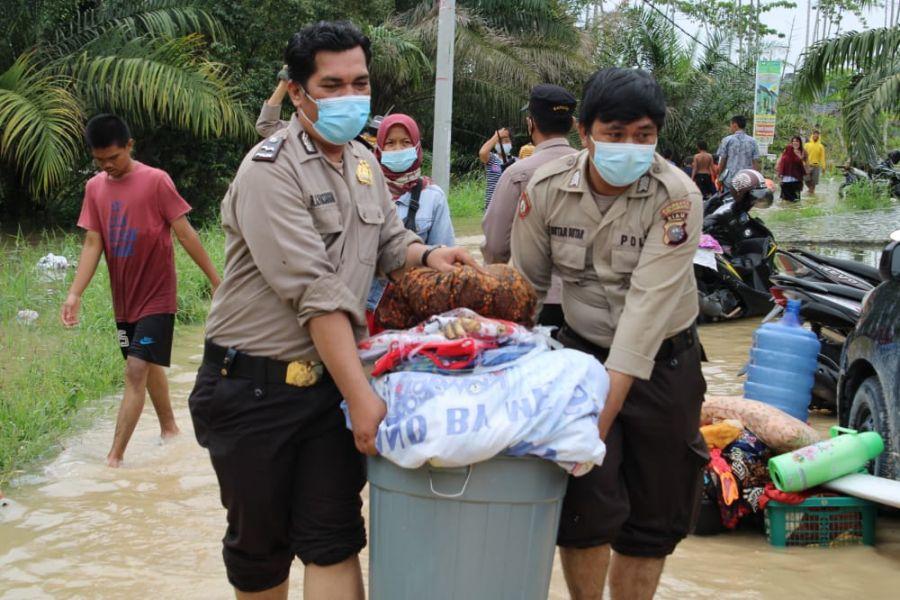 Polresta Pekanbaru Bantu Warga Terdampak Banjir Lakukan Evakuasi