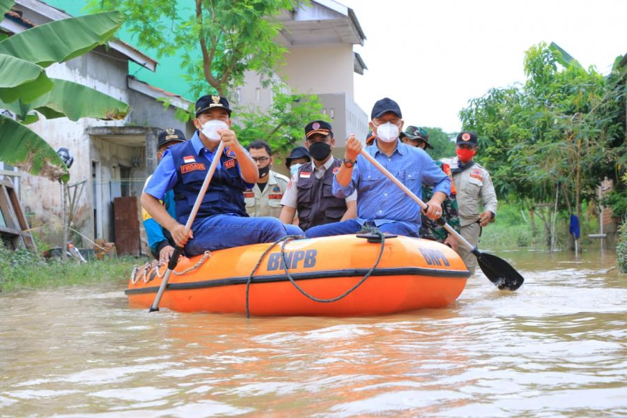 Wali Kota Pekanbaru Tinjau Lokasi Banjir, Salurkan Bantuan ke Warga