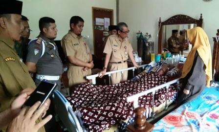 Hari Pertama Masuk Kerja Bupati Mursini Besuk Kepala DPMPTSP