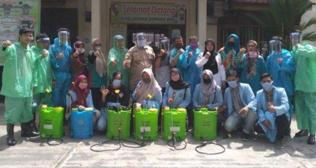 Mahasiswa Relawan Covid-19 UNRI Semprot Disinfektan di Kelurahan Simpang Baru