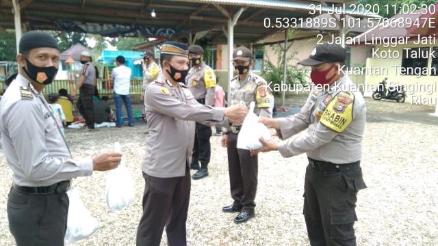 Polsek Kuantan Tengah Keliling Kampung Berbagi Daging Qurban