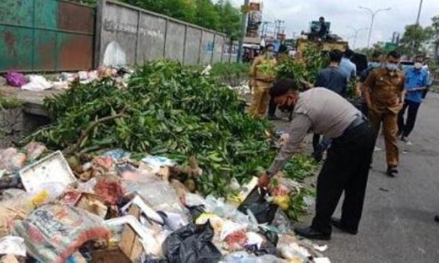 Imbas Pengelolaan Sampah Pekanbaru, Walikota Firdaus Nonaktifkan Kadis DLHK Agus Pramono