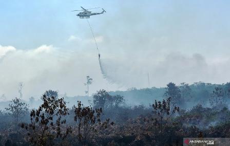 Helikopter Kementerian Lingkungan Hidup Turut Padamkan Karhutla