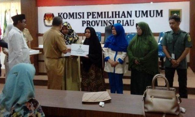 Gubernur Riau Beri Santunan Keluarga Petugas Pemilu Meninggal