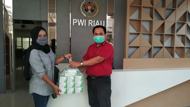 Bantu Tugas Wartawan di Lapangan, XL Axiata Serahkan Puluhan Kotak Masker ke PWI Riau