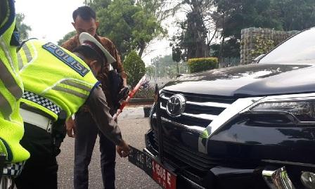 Mobil Dinas DPRD Sumbar Diduga Gunakan 3 Nopol Palsu Terjaring Razia