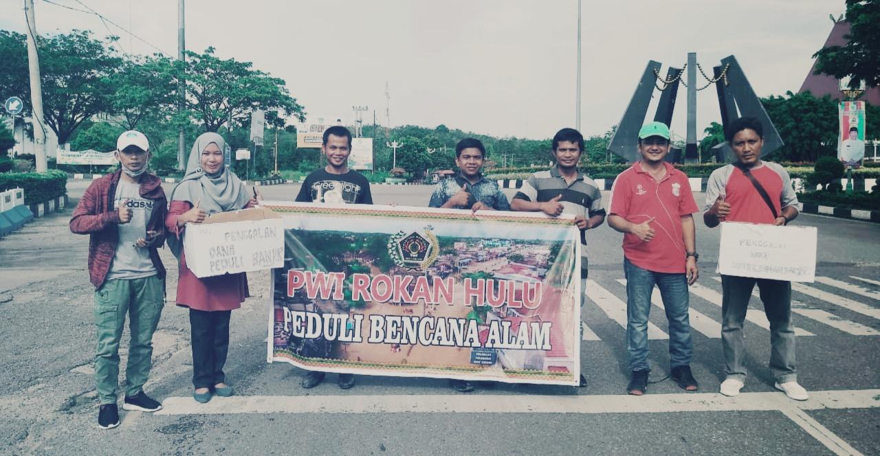 Peduli Korban Banjir, PWI Rohul Galang Dana ke Masyarakat di Depan Islamic Center Pasir Pangaraian