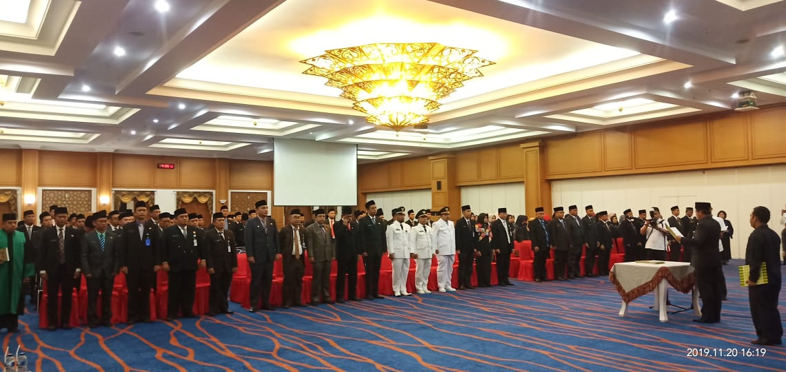 H.Abdul Haris Lantik Dan Ambil Sumpah 129 Pejabat Esselon III Dan IV Di  Convention Hall Islamic Cen