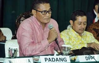 Mahyeldi Bersama Ketua DPRD Kota Padang Mempresentasikan Dokumen Informasi Kinerja Pengelolaan Lngku