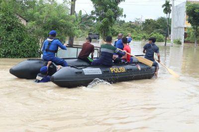 Polda Riau Gerak Cepat Setelah Menerima Laporan Situasi Akibat Hujan Deras di Pekanbaru